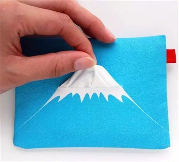 富士山随抽可得,纸巾和富士山顶白雪相呼应,包装设计具备想象力